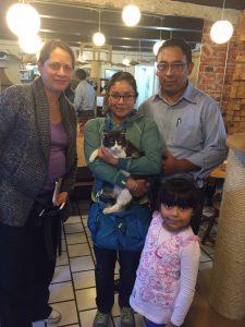 Mamá gato y Pelos con su nueva familia